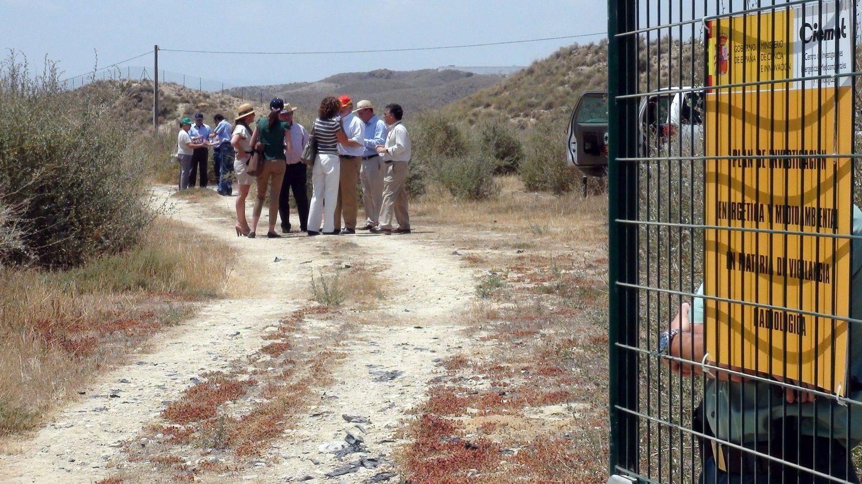 Miembros de la Comisión Mixta (Congreso/Senado) para el estudio del Cambio Climático, en su visita a Palomares en 2011. (EFE)