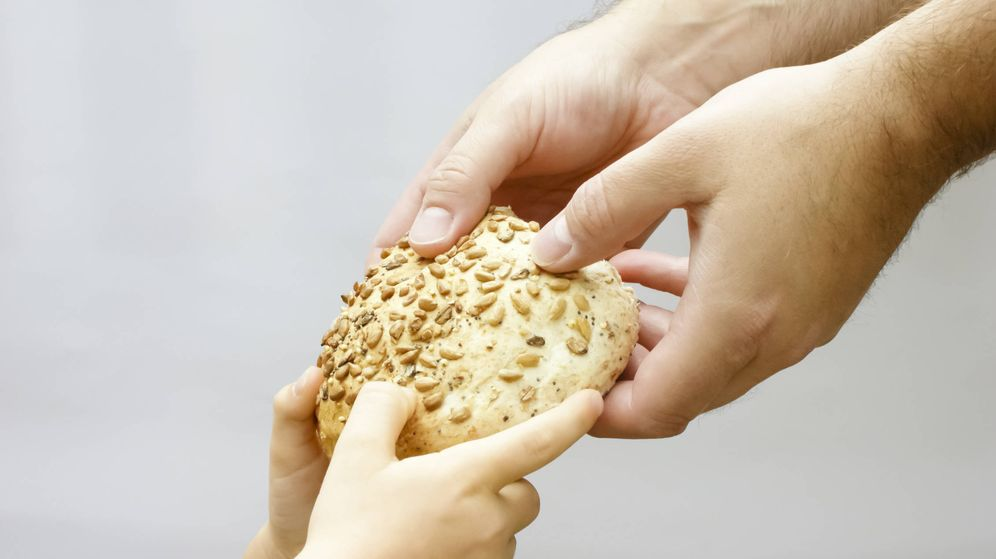 Foto: Repartiendo un alimento básico. (iStock)