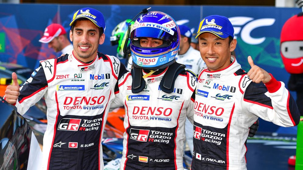 Foto: Fernando Alonso (c) posa junto a sus compañeros de equipo, Buemi (i) y Nakajima (d), tras ganar las 6 Horas de Spa. (Imago)
