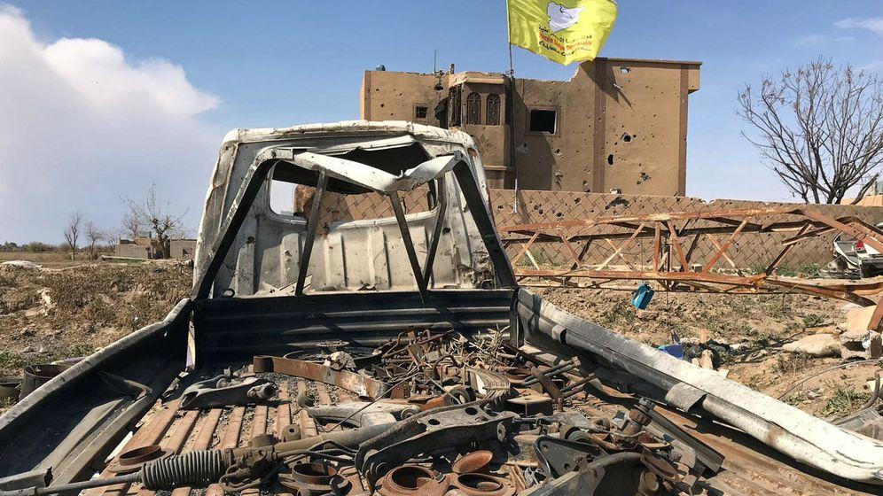 Foto: La bandera de las Fuerzas Democráticas Sirias sobre un edificio en ruinas en la provincia de Zor. (Reuters)