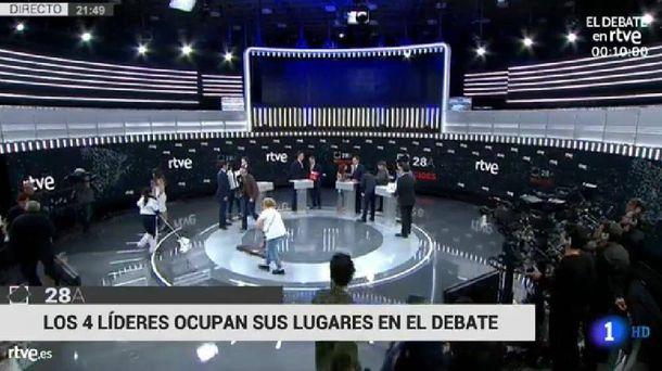 Foto: Antes del debate a cuatro, dos limpiadoras sacaron brillo al plató.