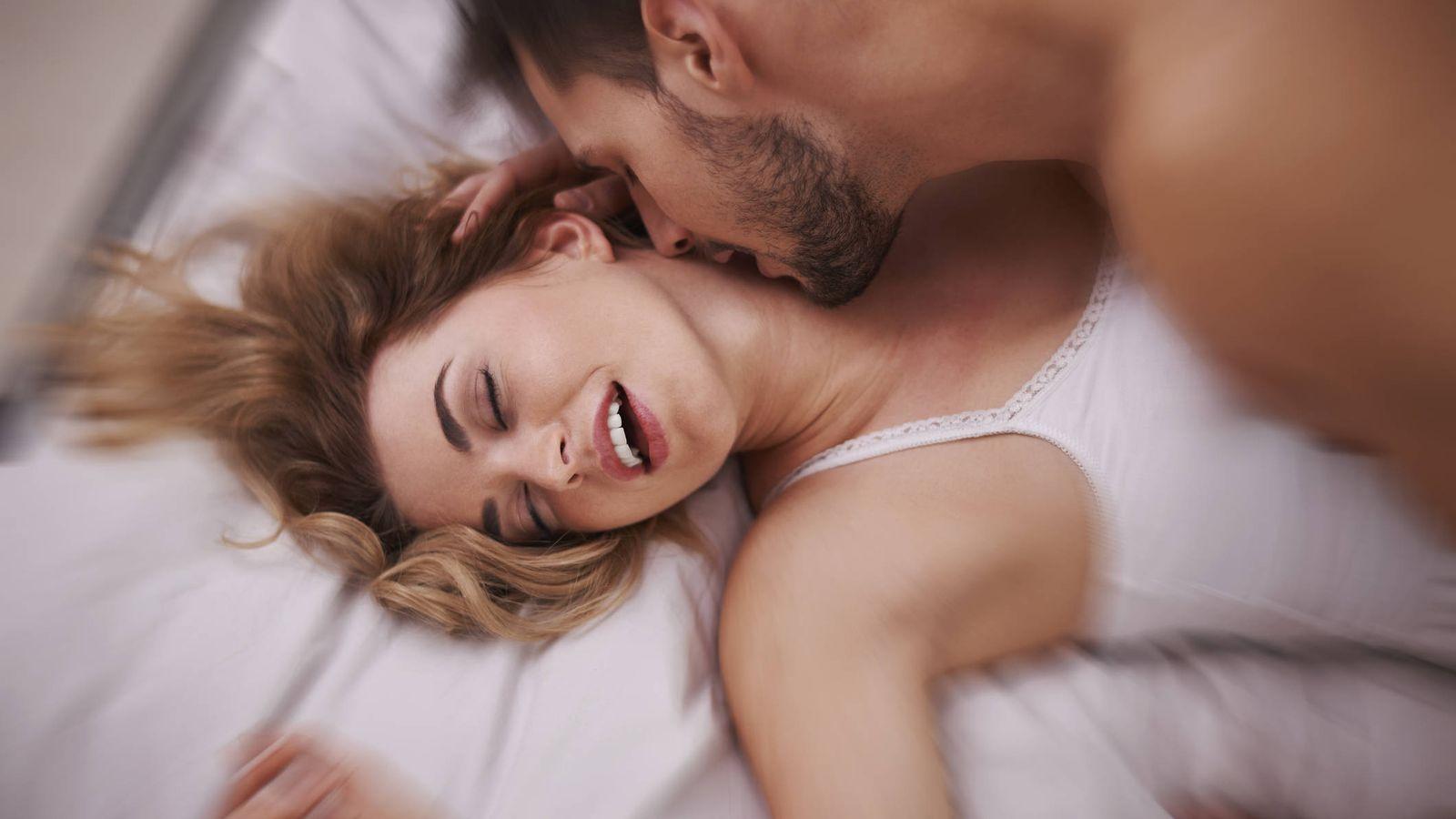 penetrar una mujer en la cama
