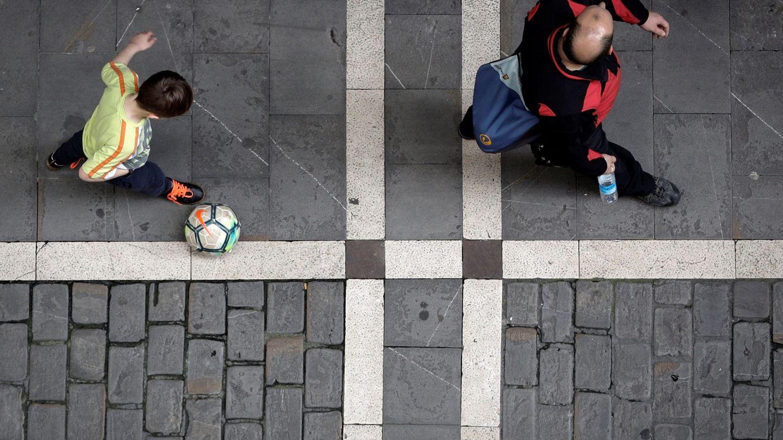 Un niño, durante una salida permitida estos días, en Pamplona. (EFE)