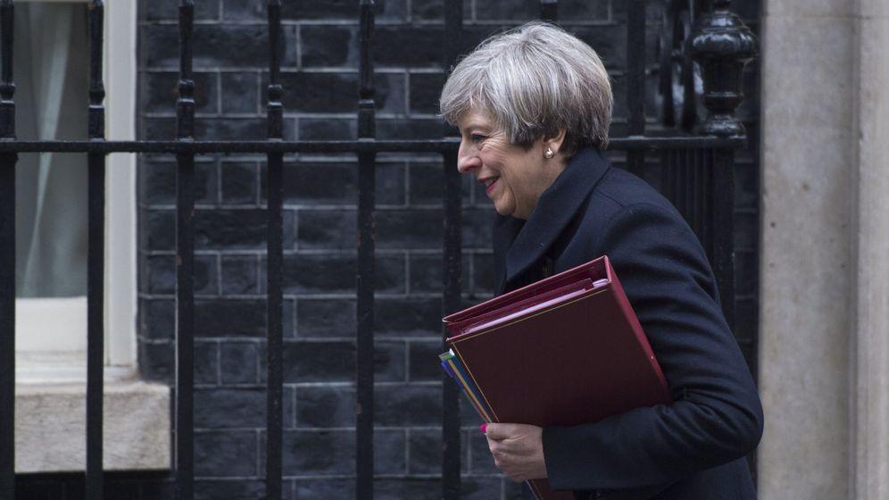 Foto: Theresa May saliendo de Downing Street. (EFE)