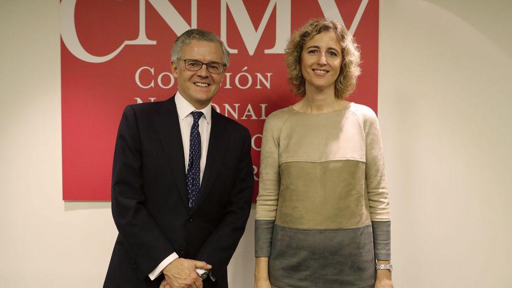 Foto: Sebastián Albella, presidente de la CNMV, junto a la vicepresidenta, Ana María Martínez-Pina. (EFE)