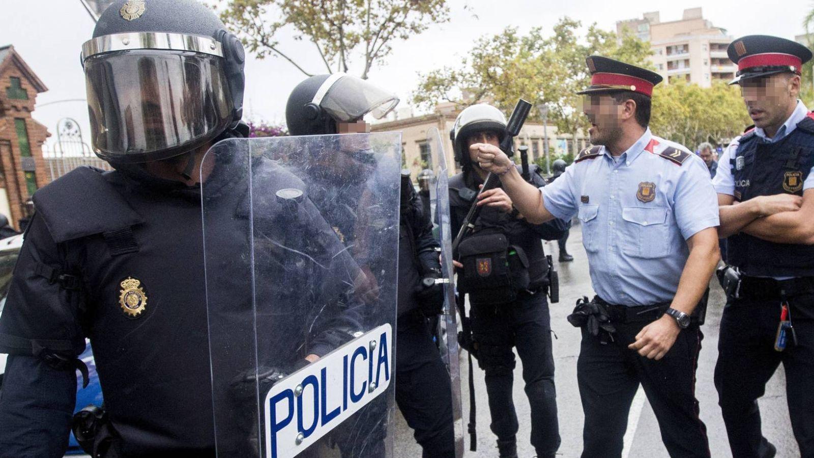 Foto: Unidades especiales antidisturbios y mossos durante la celebración del referendum del 1-O. (EFE)