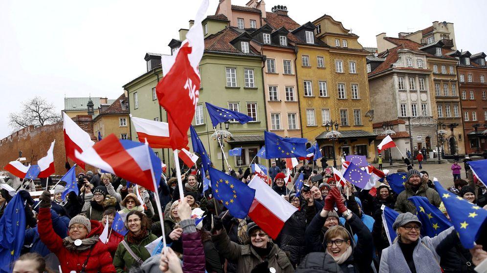 Foto: Una manifestación pro democracia en Varsovia. (Reuters)