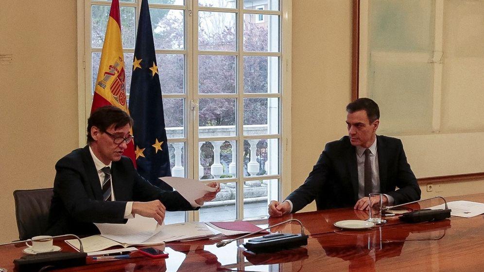 Foto: El presidente del Gobierno, Pedro Sánchez (d) y el ministro de Sanidad, Salvador Illa (i), durante la reunión del Comité Científico del Covid-19, el pasado día 21. (EFE)