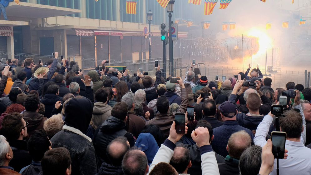 Foto: People watch a mascleta, noisy fireworks, during the last day of the fallas festival in valencia