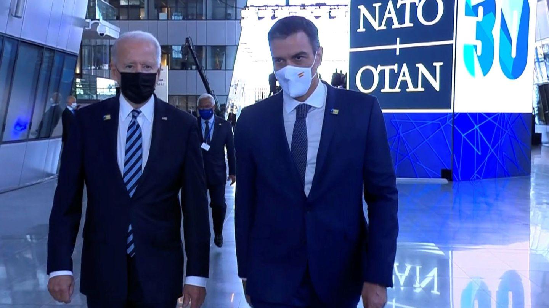 Pedro Sánchez, en su ya famoso paseo con Joe Biden en Bruselas. (EFE)