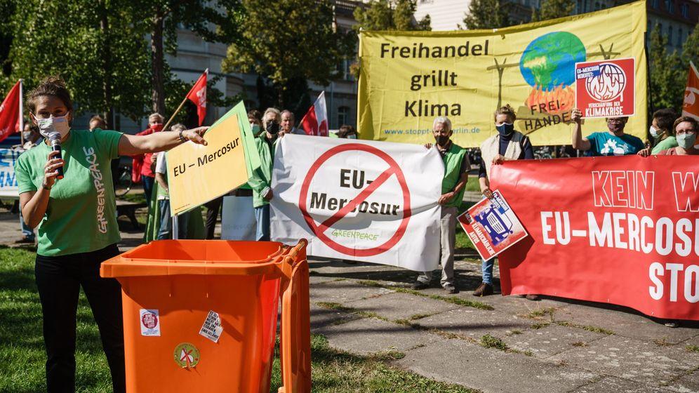 Foto: Un grupo de activistas de Greenpeace protesta contra Mercosur. (Reuters)