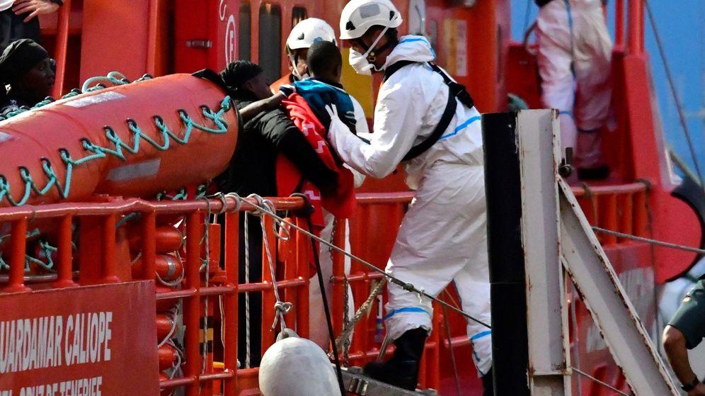Foto: Efectivos de Salvamento Marítimo actuán en el mar del Alborán. (EFE)