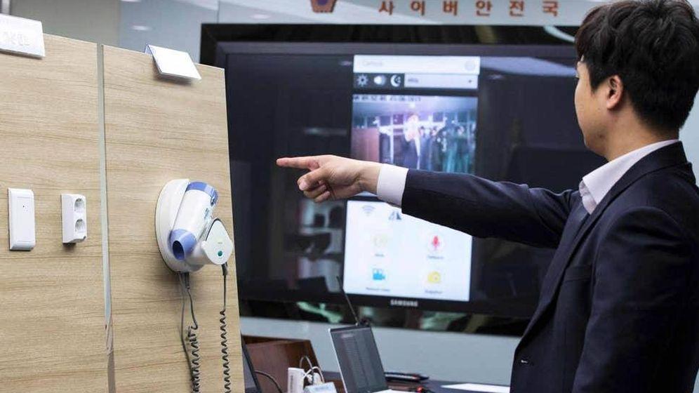 Foto: Un policía demuestra cómo estaban colocadas las cámaras espías en un hotel. (Reuters)