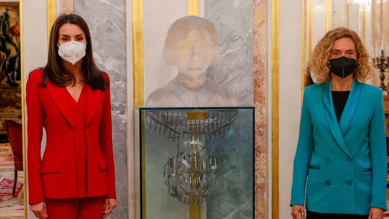 La reina Letizia y Meritxell Batet, junto al busto de Clara Campoamor. (Limited Pictures)