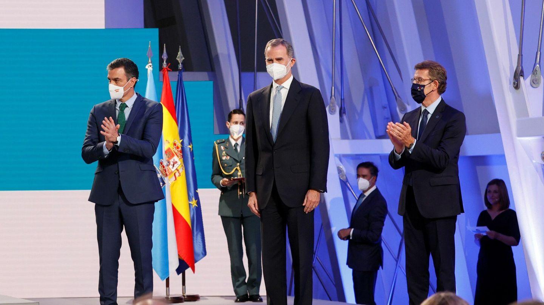 El presidente del Gobierno, Pedro Sánchez, Felipe VI y el presidente de la Xunta, Alberto Núñez Feijóo. (EFE)