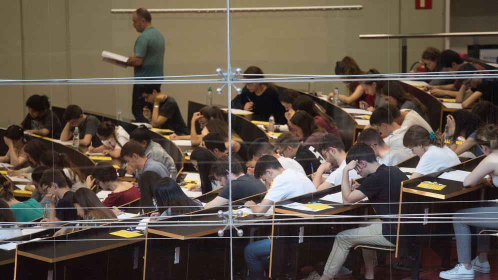 Foto: Examen de archivo de grupo de estudiantes al inicio del examen de selectividad. (EFE)