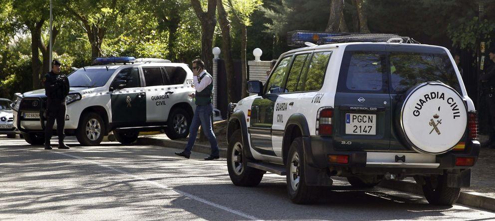 Foto: La Guardia Civil durante uno de los registros en Madrid (Efe)