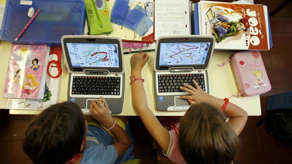Foto: Dos alumnas en un colegio de primaria lisboeta, en 2008. (Reuters/Nacho Doce)
