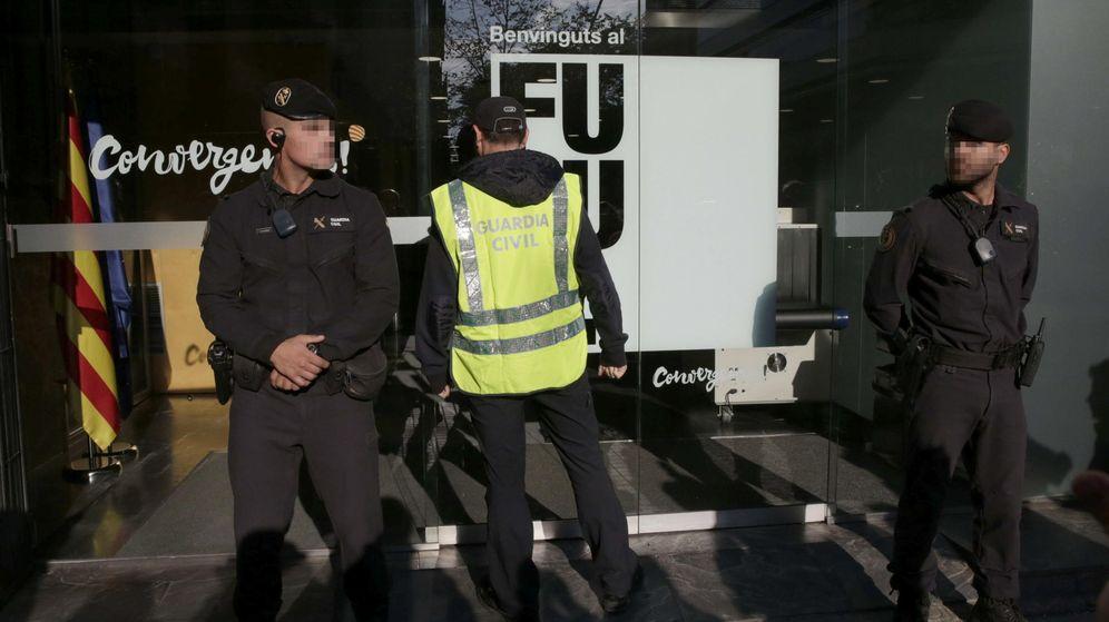 Foto: Imagen de los registros practicados hoy por la Guardia Civil en la sede central de CDC. (EFE)
