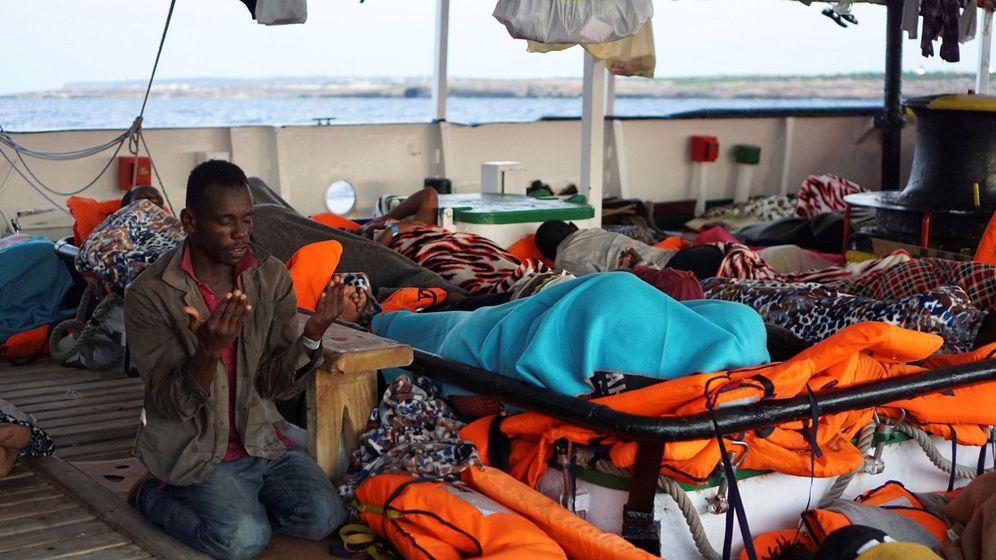 Foto: Un migrante reza a bordo del Open Arms. (EFE)