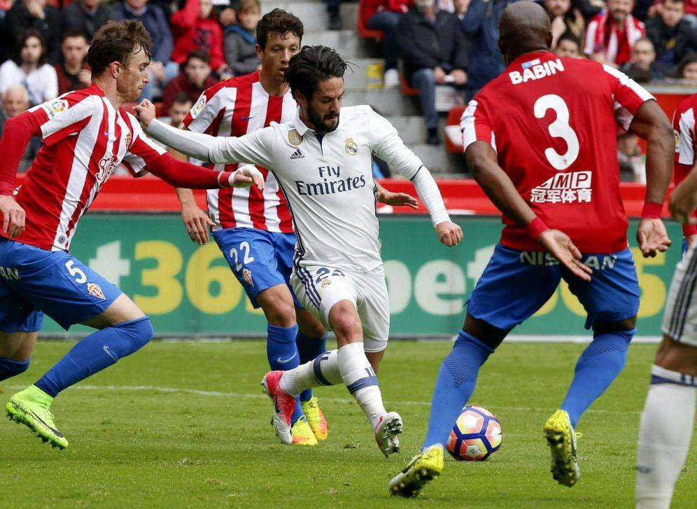 Foto: Isco, durante el partido del Real Madrid en El Molinón. (Foto: EFE)