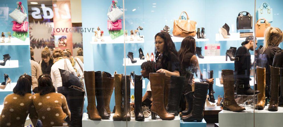 Foto: Clientes en una zapatería dentro del Centro Westfield San Francisco, en Estados Unidos. (Reuters)