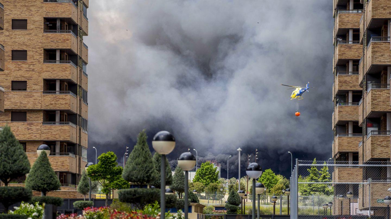 El humo provocado por el incendio llegó a la vecina urbanización El Quiñón. (EFE)
