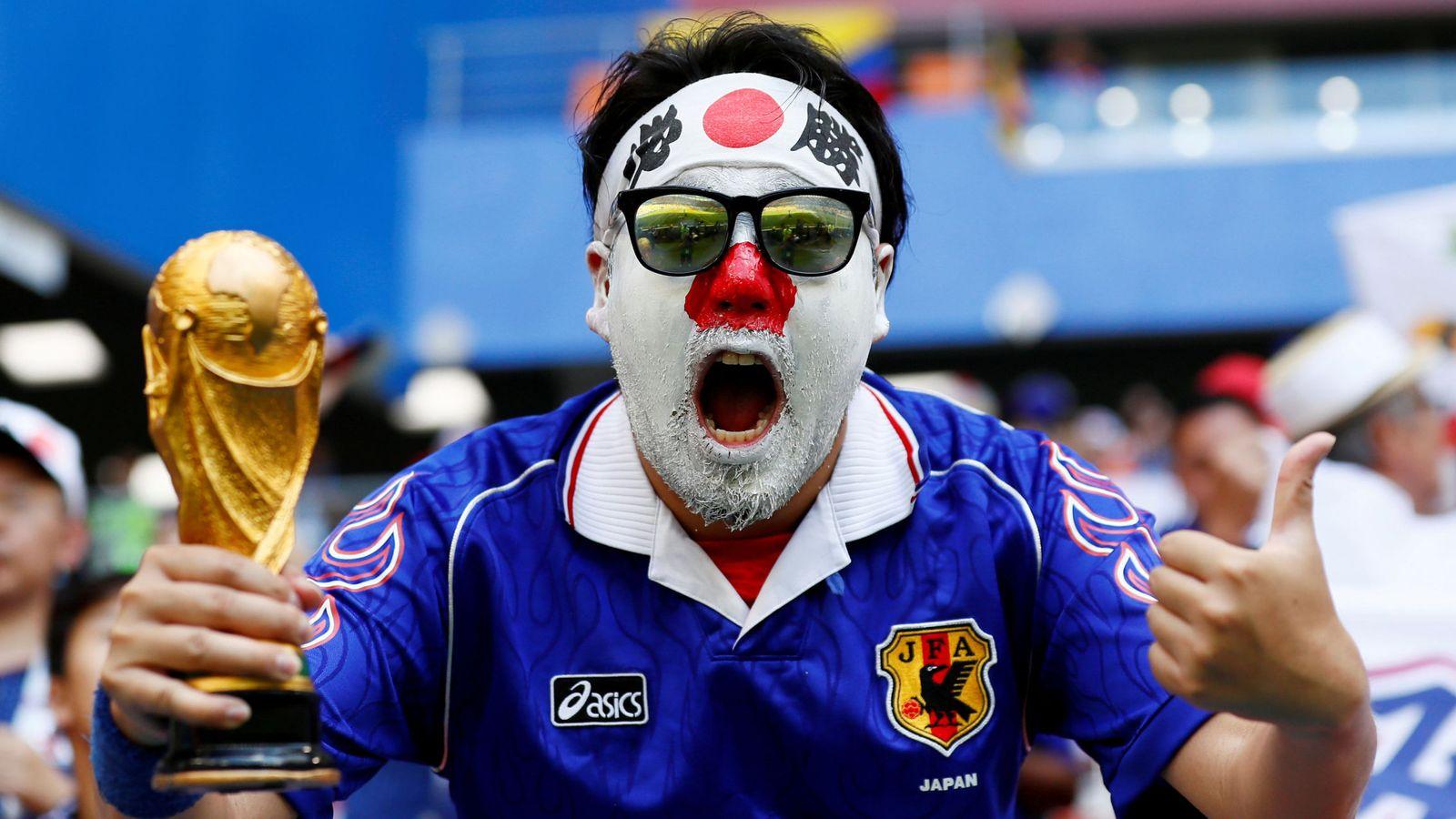 Foto: Un aficionado espera el partido de Colombia contra Japón   Reuters