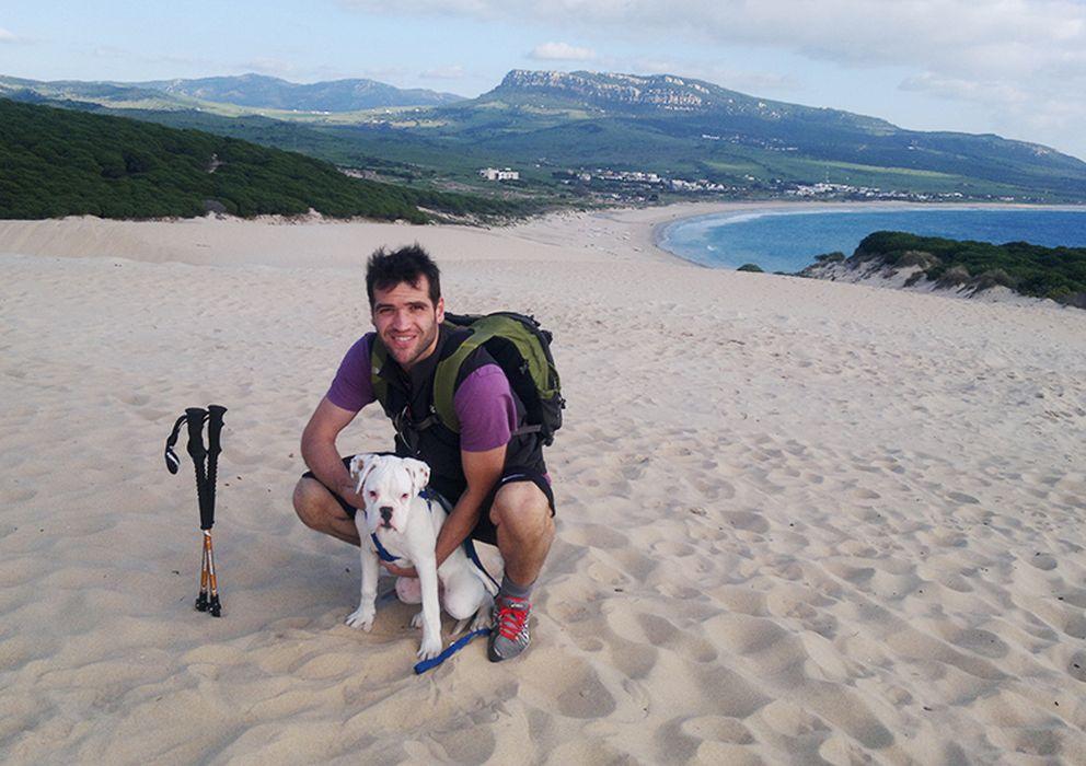Foto: Carlos Matallanas junto a su perro en una playa de Cádiz.