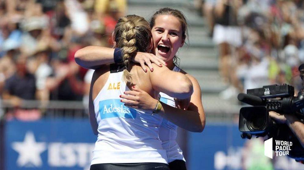 Foto: Ariana Sánchez (de frente) y Alejandra Salazar se abrazan tras clasificarse para la final del Valladolid Master. (Foto: WPT)