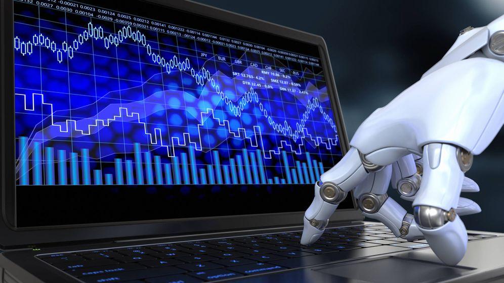 Foto: Un robot manejando un ordenador. (iStock)