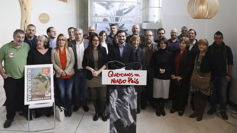 Foto: Alberto Garzón, rodeado de candidatos de Unidad Popular, este 6 de noviembre en el espacio Ecooo de Madrid. (EFE)