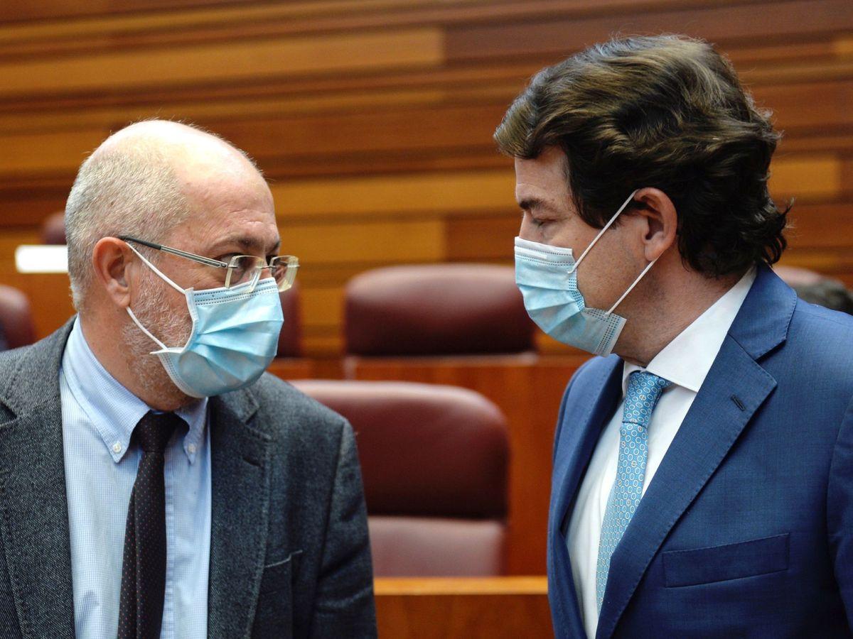 Foto: El vicepresidente Igea (Cs) departe con el presidente Mañueco (PP).