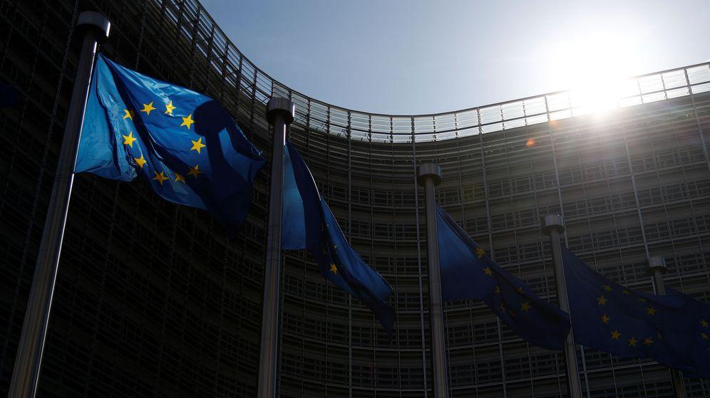 Foto: Banderas europeas en el exterior de la sede de la Comisión Europea. (Reuters)