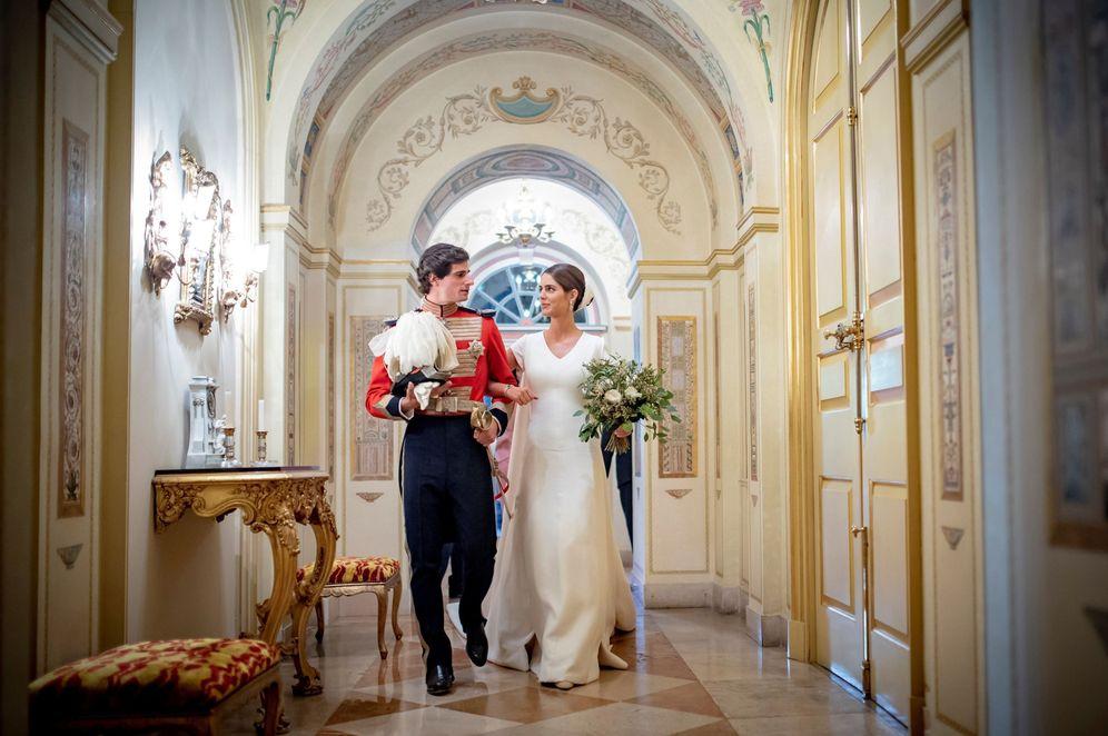 Foto: Fernando Fitz-James Stuart y Solís y Sofía Palazuelo, el día de su boda en el palacio de Liria. (EFE)