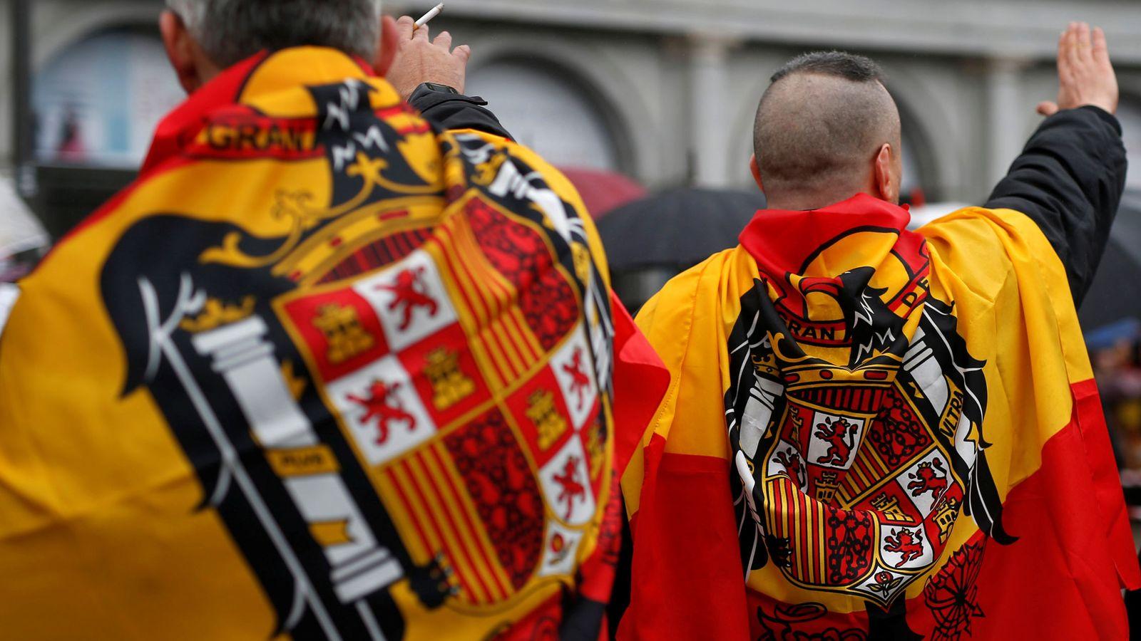 Foto: Dos seguidores de Franco con dos banderas preconstitucionales en una imagen de archivo. (Reuters)