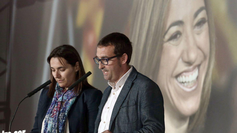 Mireia Chacón y Xavier Tàpia, hermana y cuñado de la exministra, en el homenaje en Barcelona. (EFE)