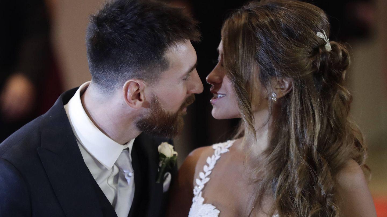 Leo Messi y Antonella Roccuzzo a punto de beso. (Gtres)
