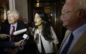 Amal Clooney ya ejerce de 'señora de' en su bufete de abogados