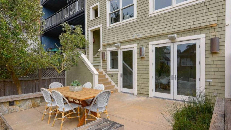 El coqueto patio de la mansión de Julia Roberts. (Realtor.com)