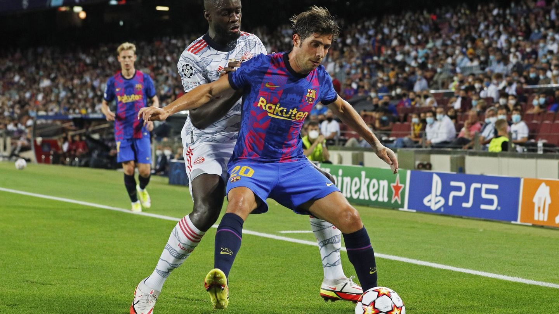 Sergi Roberto cubre una pelota en la banda. (Reuters)
