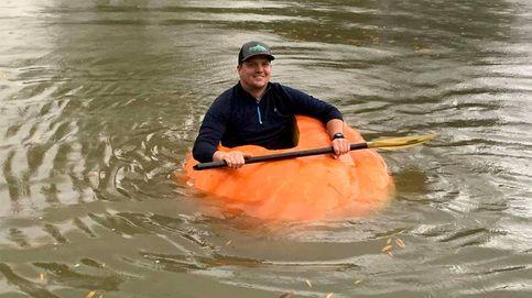 Cultiva una calabaza de más de 400 kilos y la usa como bote para navegar
