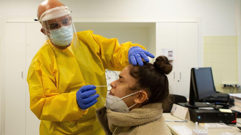 Un profesional sanitario realiza su trabajo en el Centro Atención Primaria (CAP) de Manso de Barcelona. (EFE)