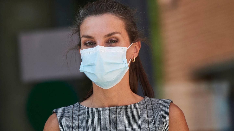 La Reina con la mascarilla quirúrgica de nuevo. (LP)