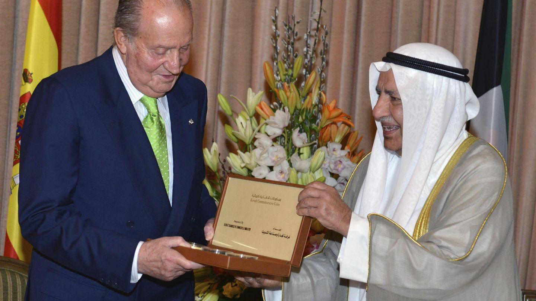 El rey Juan Carlos recibe un regalo de manos del presidente de la Cámara de Comercio e Industrias de Kuwait en 2014. (EFE)