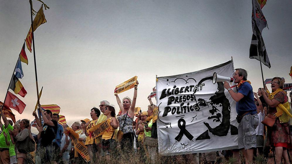 Foto: Concentración independentista a las puertas de la cárcel de Lledoners. (EFE)