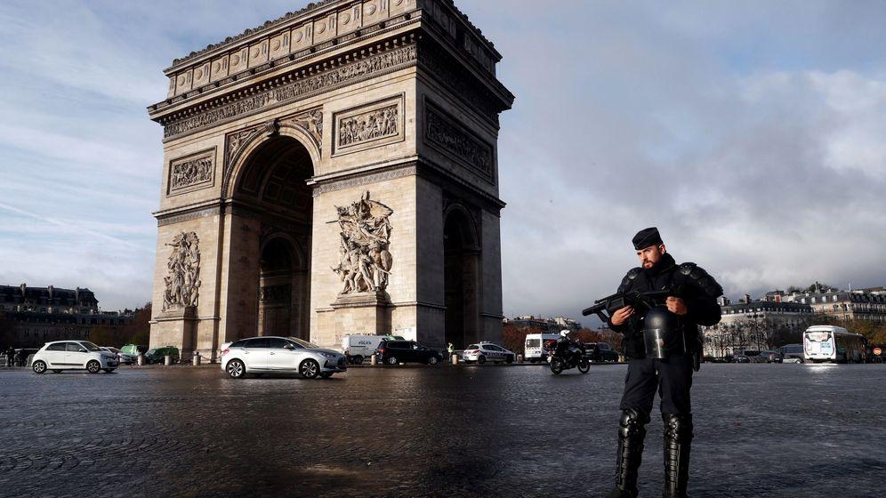 Foto: Un policía antidisturbios monta guardia frente al Arco de Triunfo tras los incidentes del sábado. (EFE)