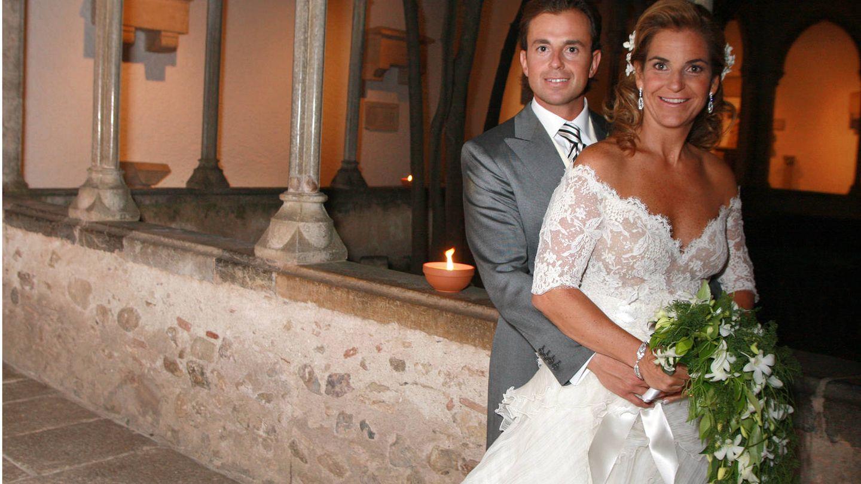 La pareja Sánchez Vicario-Santacana posa tras la ceremonia de su boda.