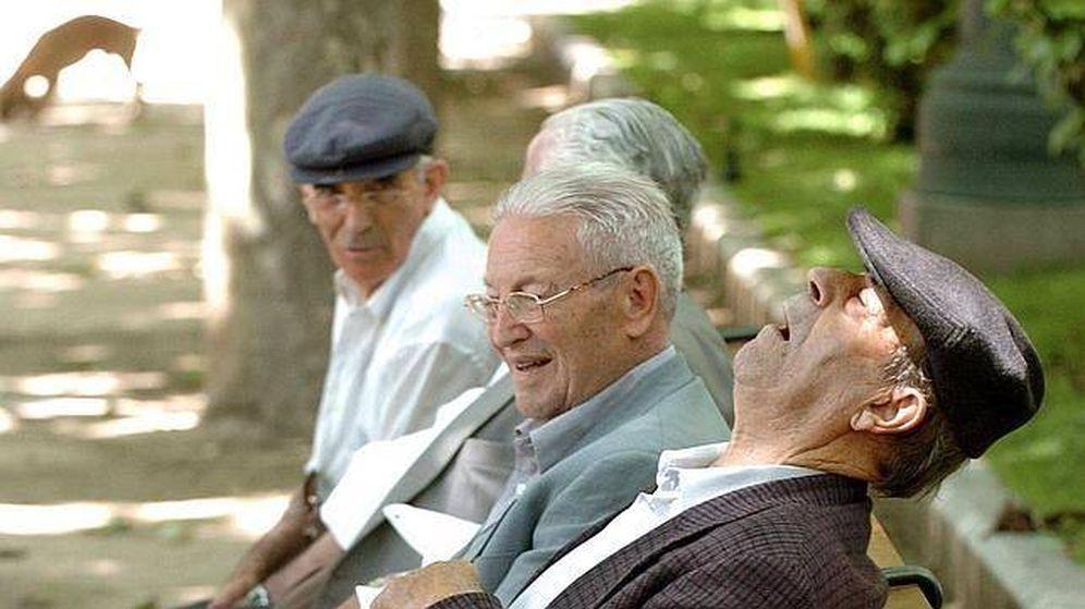 Foto: Grupo de jubilados en un parque (EFE)