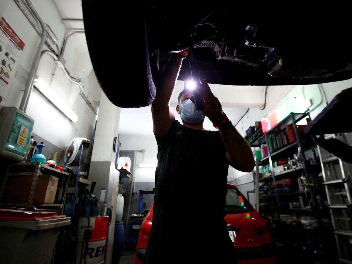 Foto: Imagen de archivo de un taller mecánico de coches. (EFE)